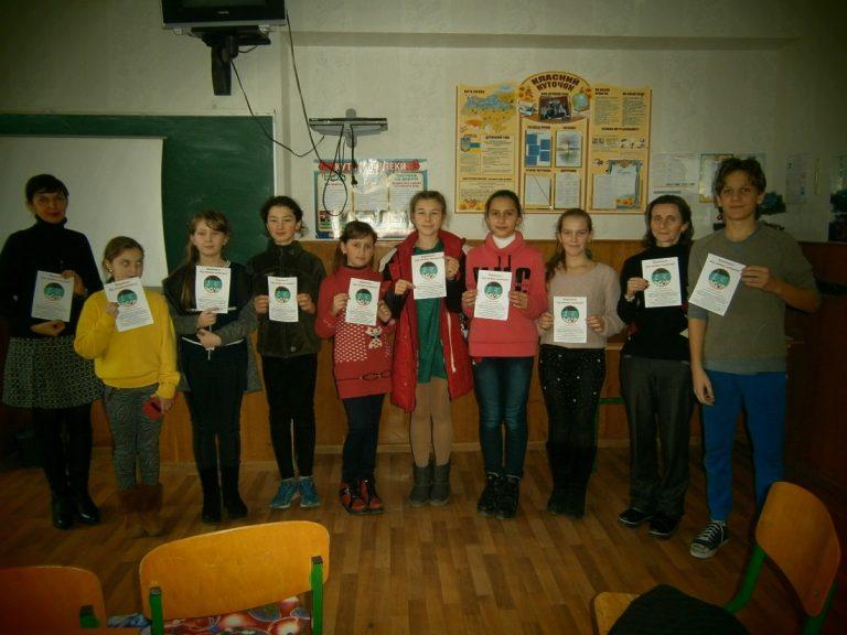 Вихованці гуртка «Юні зоологи»  виготовили штучні ялинки  та буклети